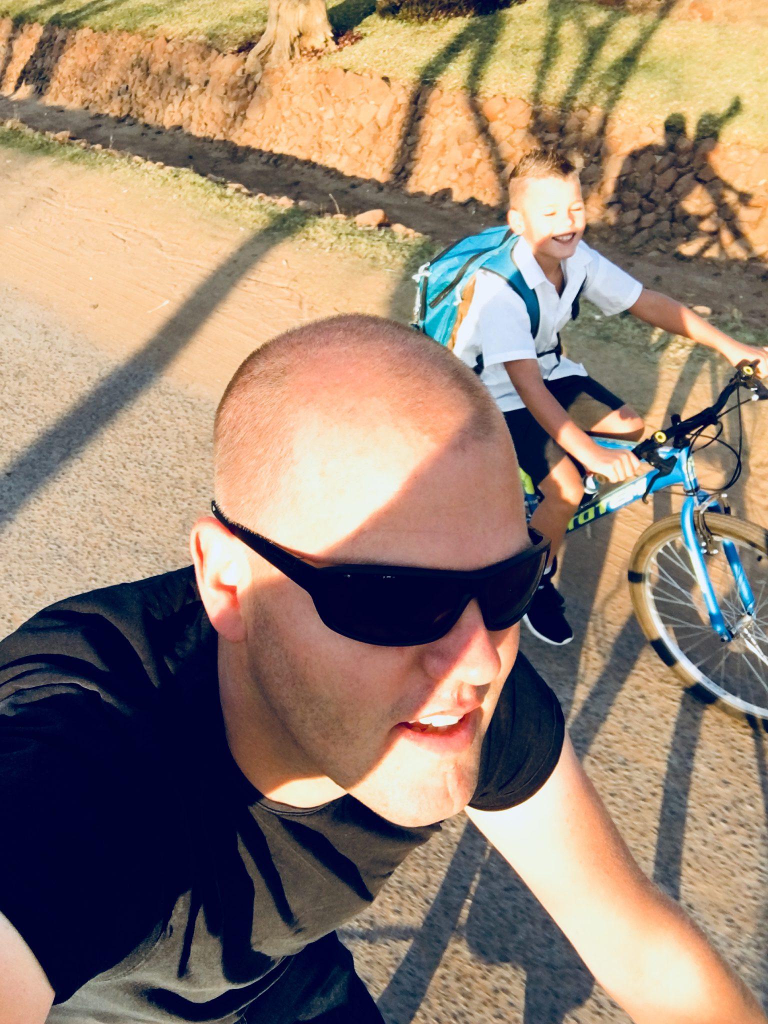 Gelukkig samen fietsen naar school Zambia