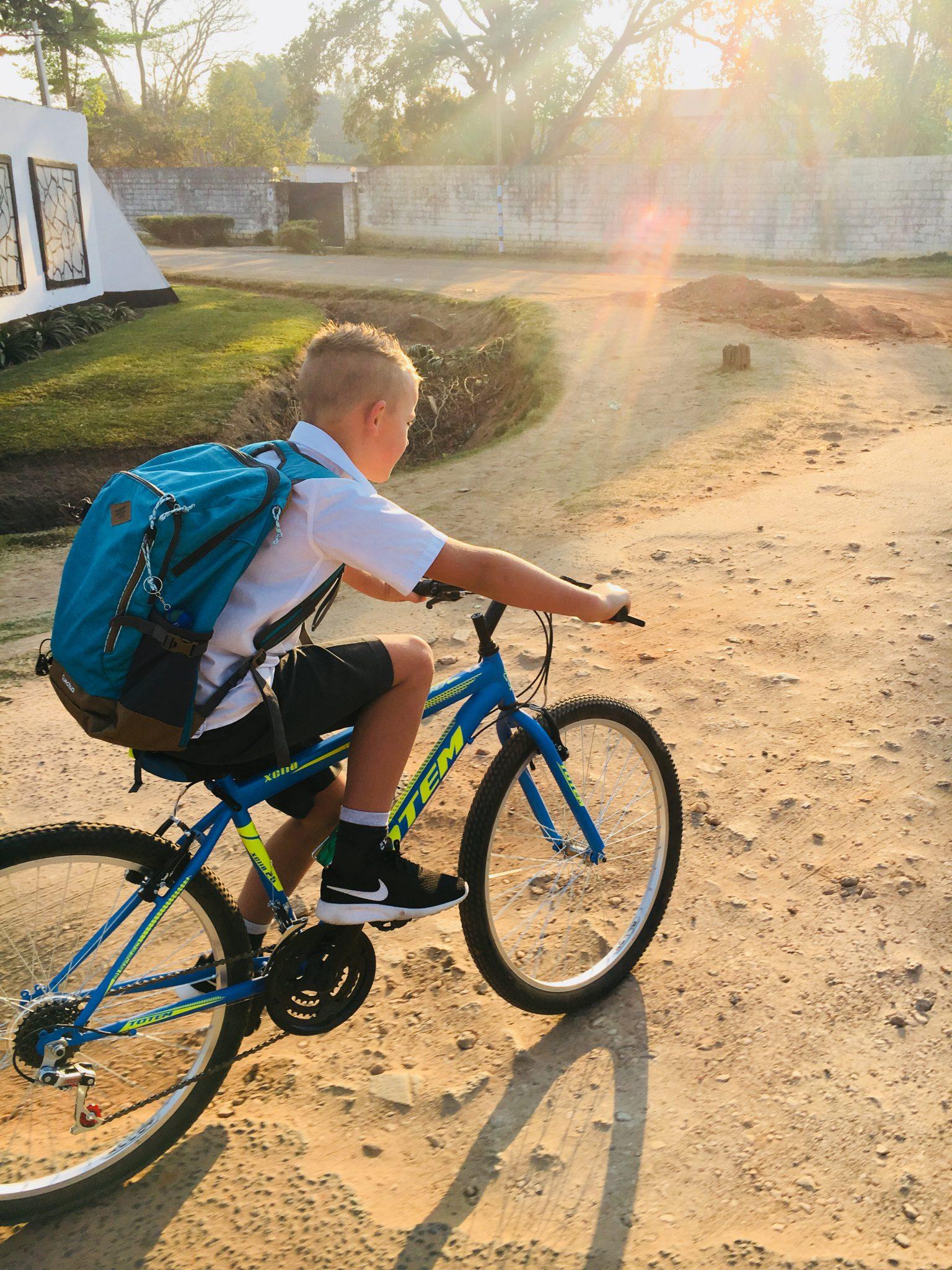 Max met fiets naar school Lusaka Zambia